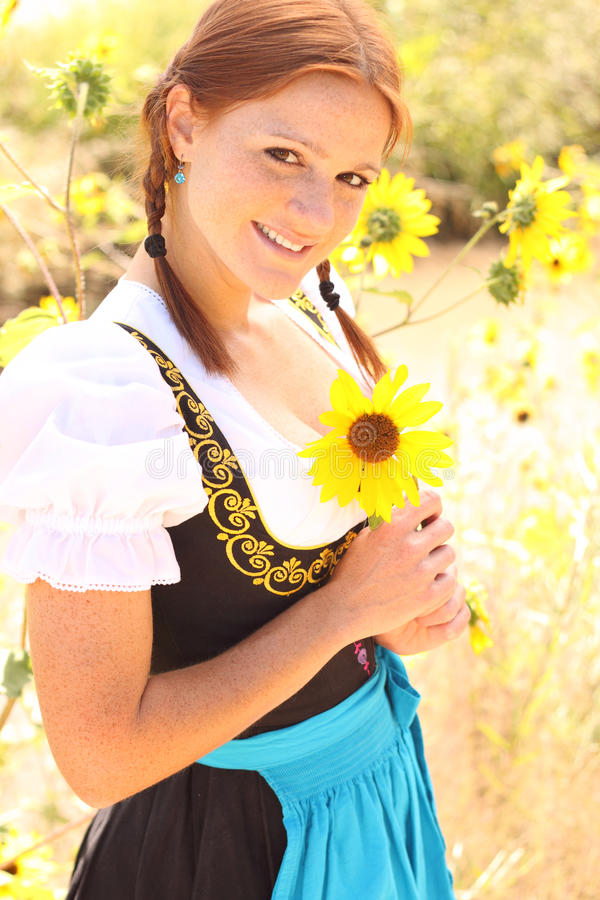 Mulher bávara com girassol foto de stock royalty free