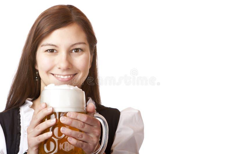 Mulher bávara feliz com o stein da cerveja de Oktoberfest imagem de stock