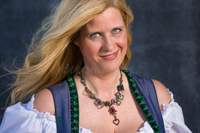 Mulher bávara na roupa tradicional, Oktoberfest - série 1/21 fotografia de stock royalty free
