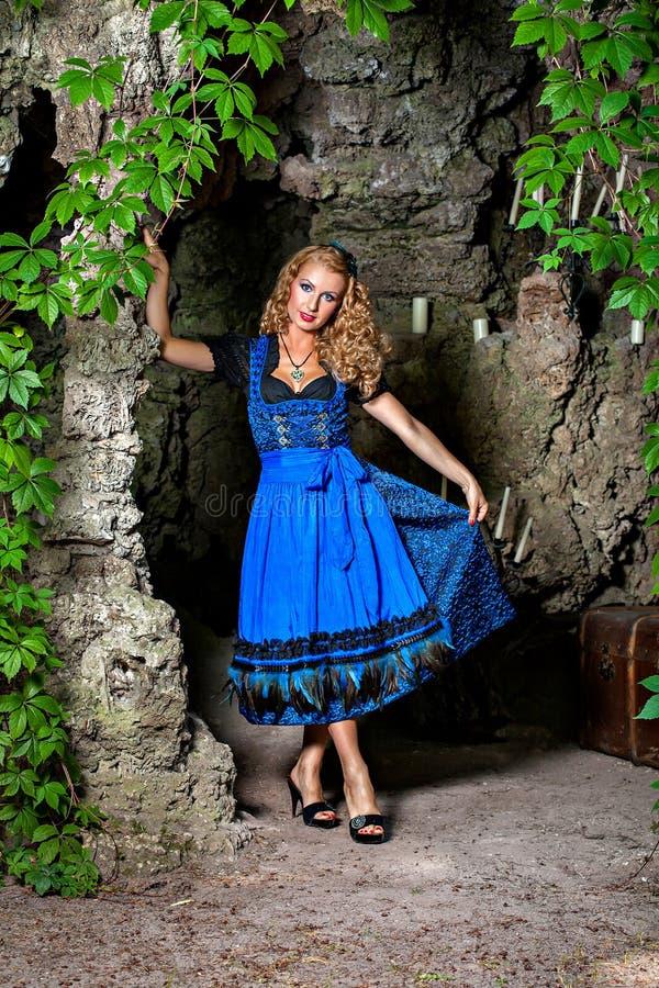 Mulher bávara no Dirndl de Oktoberfest imagens de stock royalty free