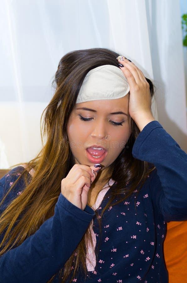 Mulher bêbada com um valor máximo de concentração no trabalho do olho do sono em sua cabeça, tomando um comprimido, manutenção fotografia de stock