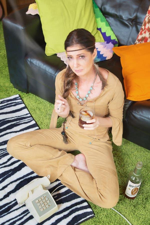 Mulher bêbada que espera pelo telefone imagens de stock