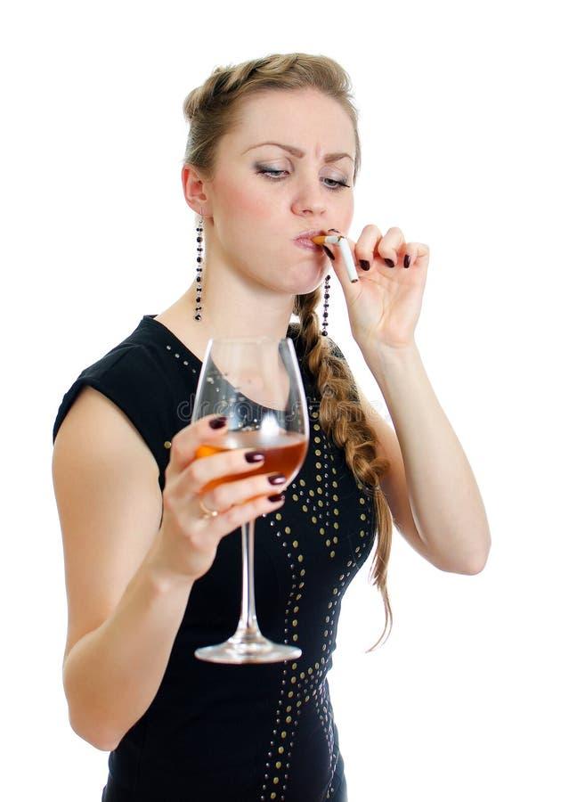 Mulher bêbeda com cigarro e vinho. foto de stock