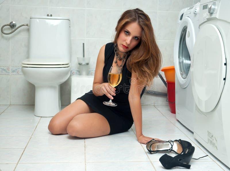 Mulher bêbeda em seu banheiro fotografia de stock royalty free