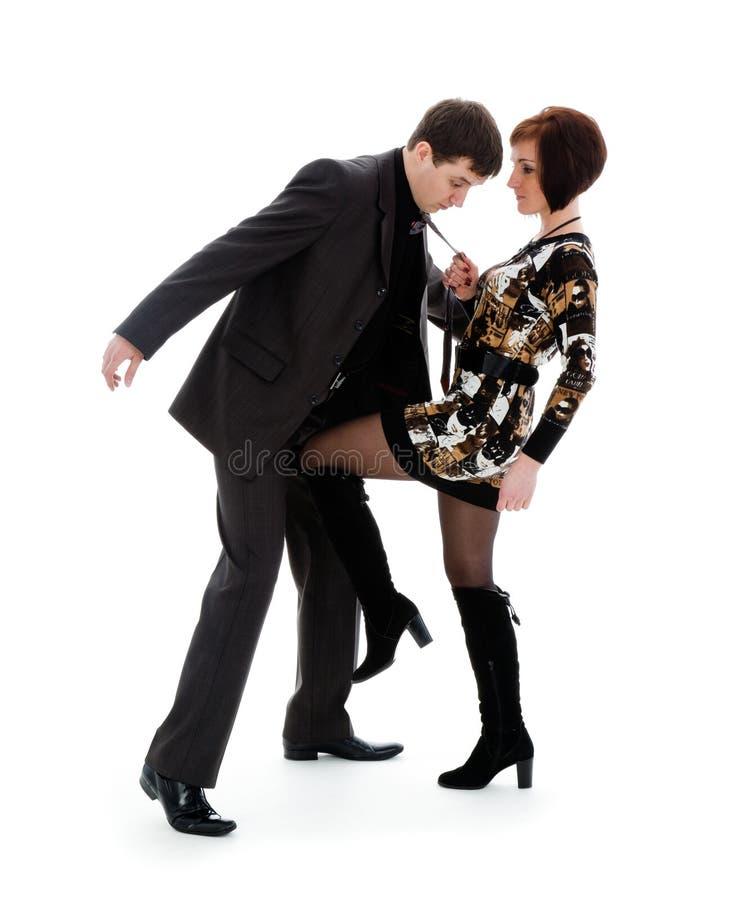 A mulher bate um joelho abaixo da correia o homem novo. imagens de stock royalty free