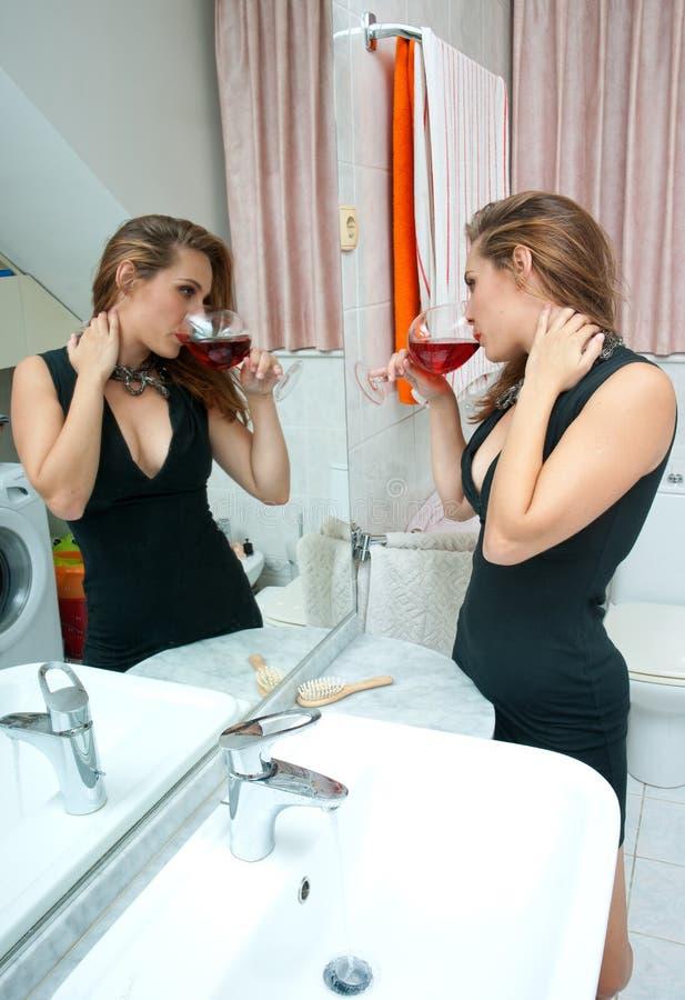 Mulher bebida atrativa com vinho imagem de stock royalty free