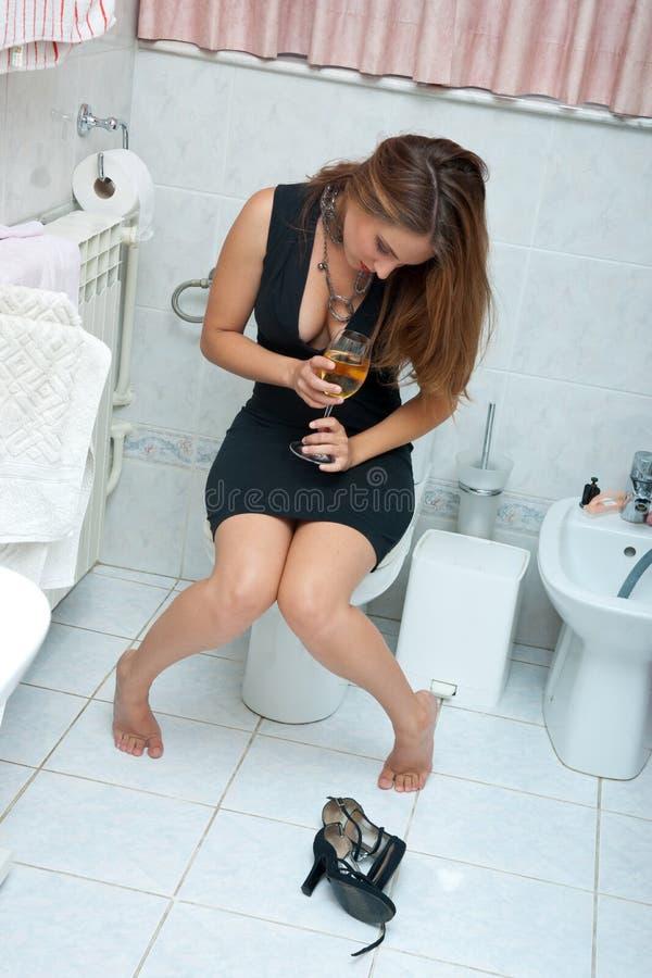 Mulher bebida atrativa com vinho imagem de stock