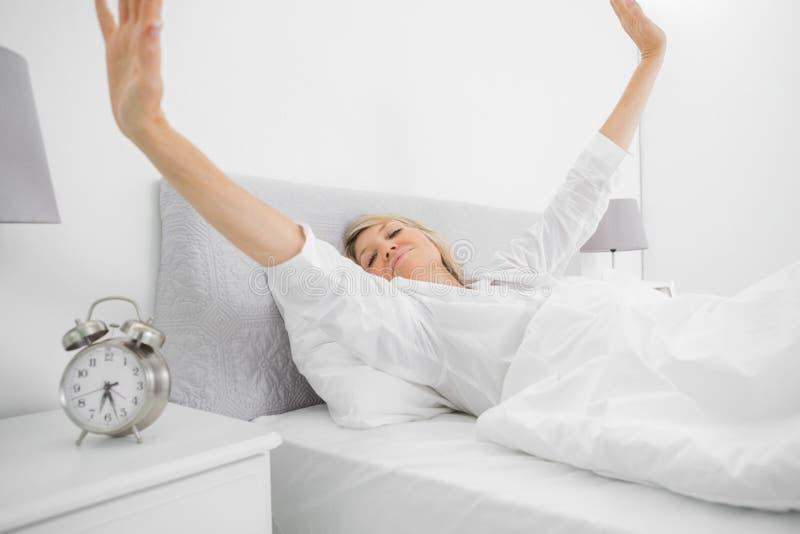 Mulher bem descansada que acorda e que stetching fotos de stock