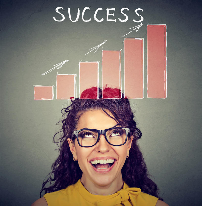 Mulher bem sucedida feliz que olha acima na carta crescente foto de stock