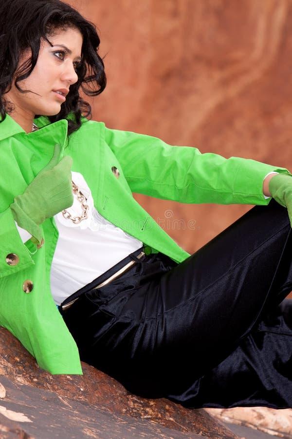 Mulher biracial nova ocasional com revestimento e luvas foto de stock royalty free