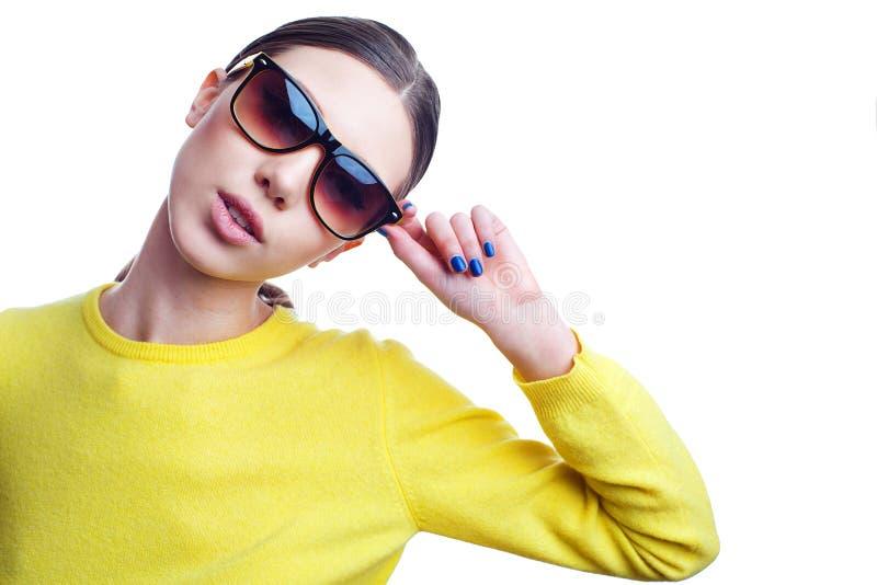 Mulher bonita à moda nos óculos de sol e na camiseta brilhante imagem de stock