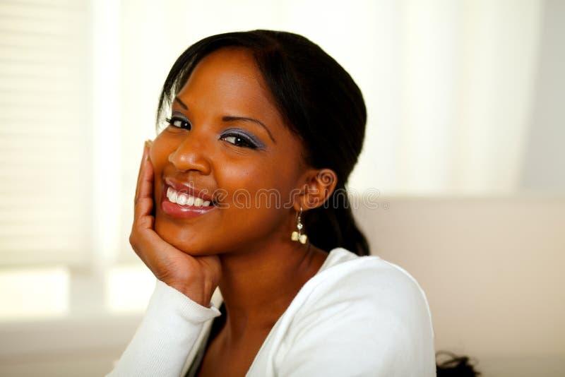 Mulher bonita afro-americana positiva que olha o fotos de stock