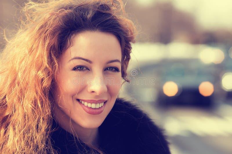 Mulher bonita alegre nova do Headshot fora imagem de stock