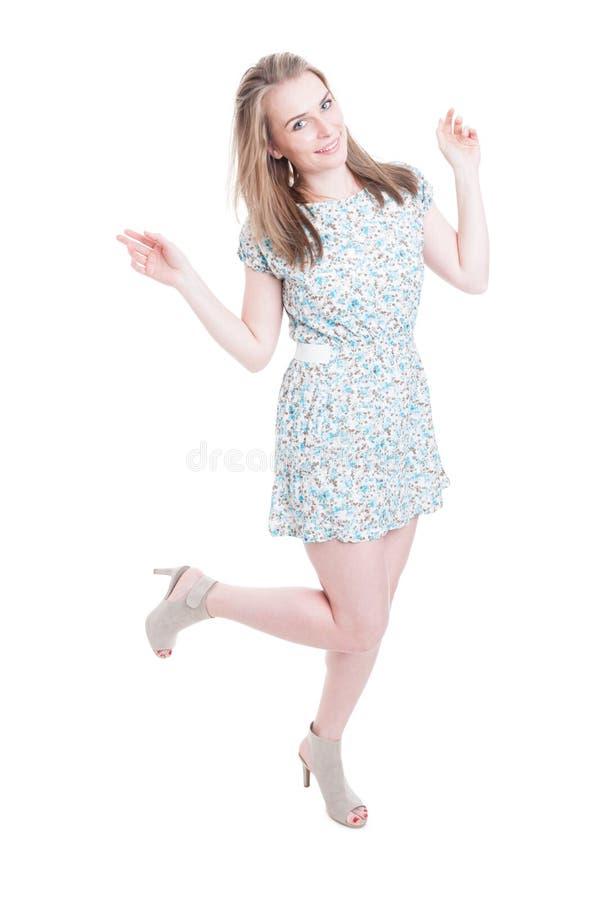 Mulher bonita alegre que levanta no vestido do verão fotografia de stock