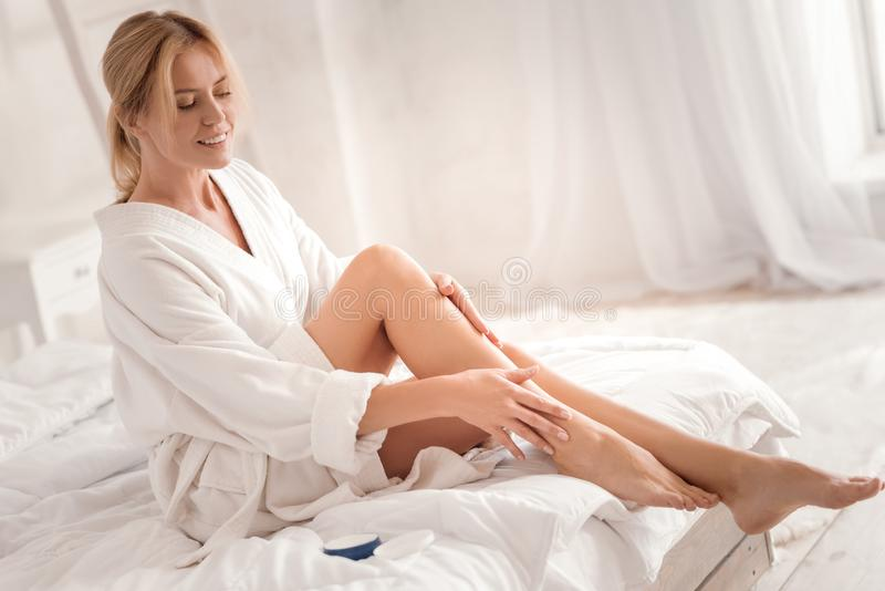 Mulher bonita alegre que olha seus pés imagens de stock royalty free