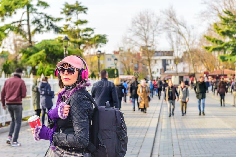 A mulher bonita anda no parque de Sultanahmet fotos de stock