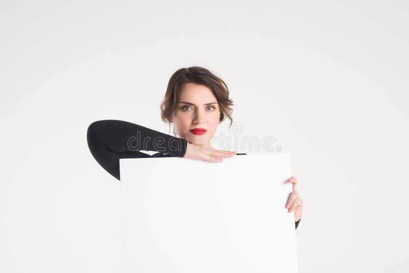 A mulher bonita anuncia imagem de stock