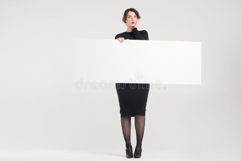 A mulher bonita anuncia foto de stock