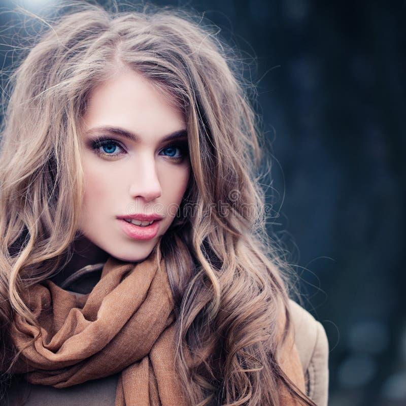 Mulher bonita ao ar livre Modelo de forma no vestido dourado fotografia de stock royalty free