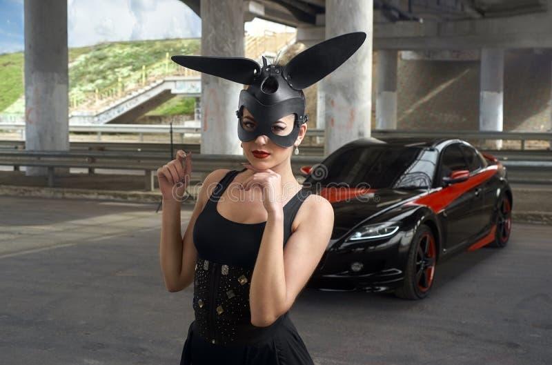 Mulher bonita ao lado do carro de esportes imagem de stock