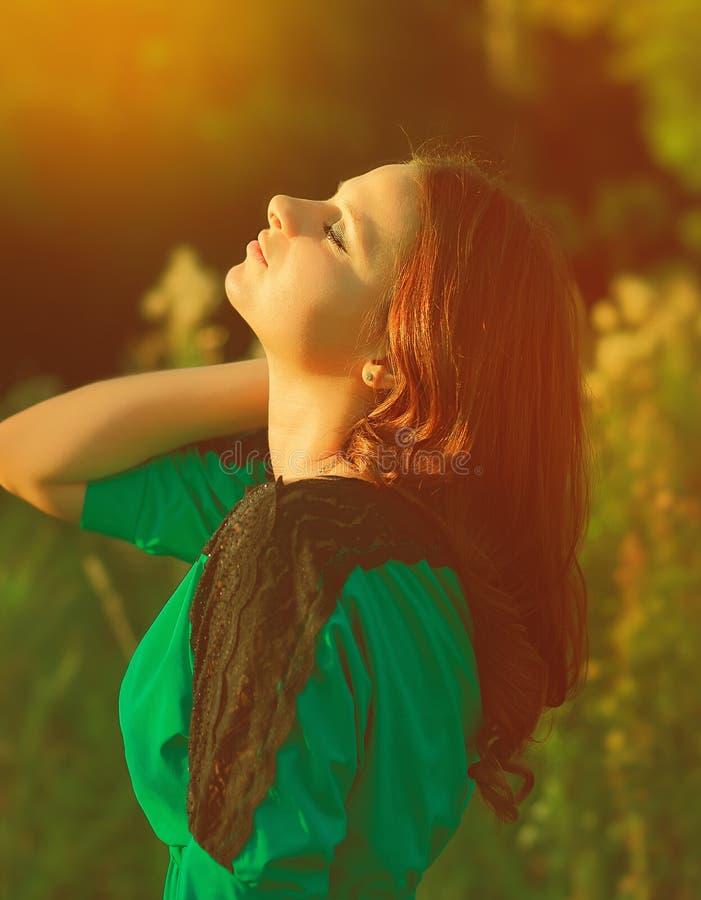 A mulher bonita aprecia a luz do sol imagem de stock
