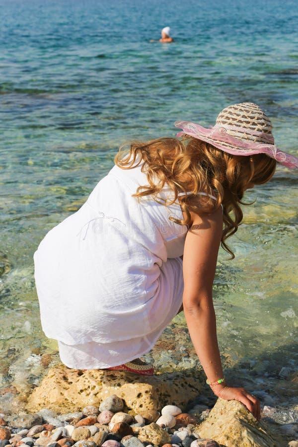 A mulher bonita aprecia na praia imagens de stock