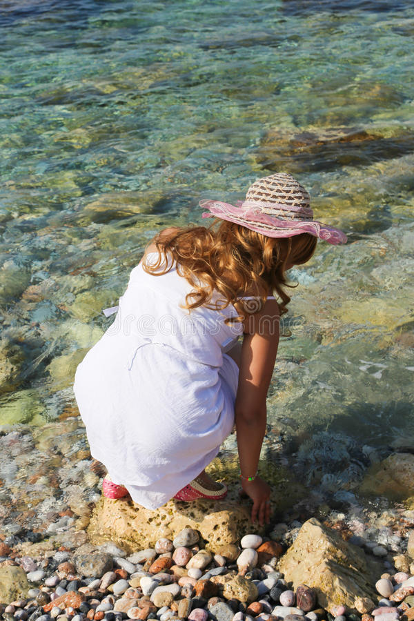 A mulher bonita aprecia na praia fotografia de stock royalty free