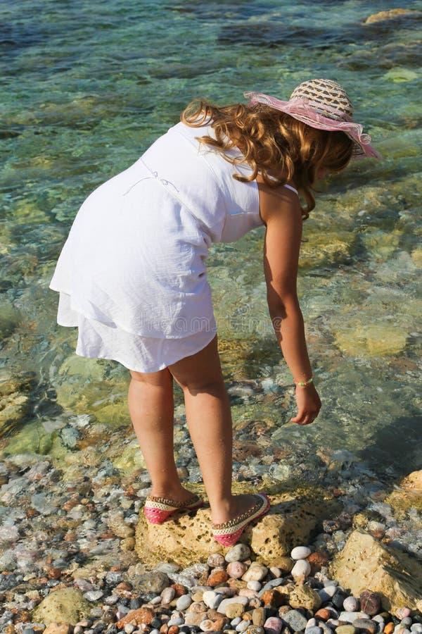 A mulher bonita aprecia na praia fotos de stock
