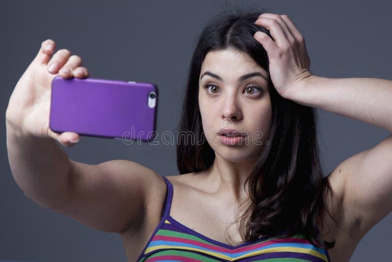 A mulher bonita atrativa levanta para o apego da foto do selfie, SE fotografia de stock royalty free