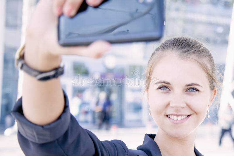 A mulher bonita atrativa levanta para o apego da foto do selfie, SE fotografia de stock