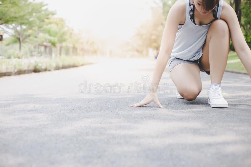 A mulher bonita atrativa prepara-se para começar correr no parque na rua A menina bonita quer exercitar para a dieta Escolhe imagens de stock royalty free