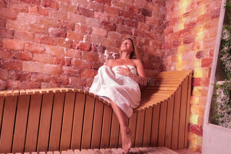 Mulher bonita atrativa que relaxa apenas na sauna foto de stock royalty free