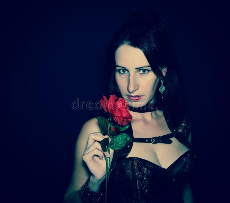A mulher bonita bonita com cabelo longo e aumentou imagem de stock royalty free