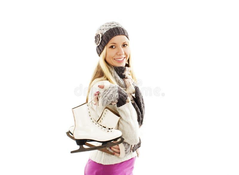 Mulher bonita com activit do esporte de inverno da patinagem no gelo fotografia de stock royalty free