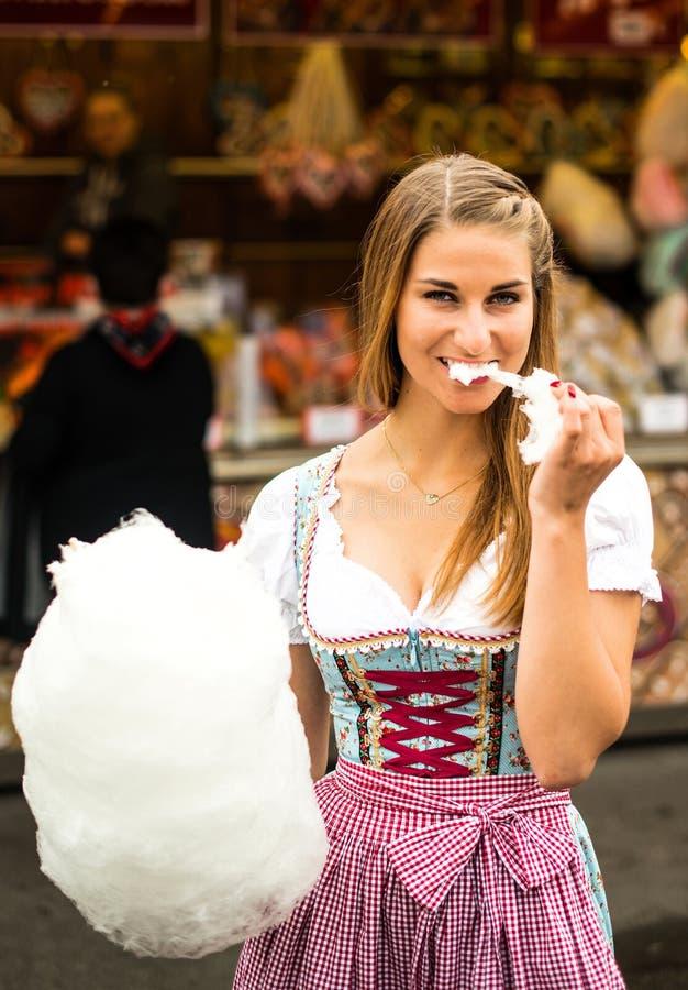 Mulher bonita com algodão doce fotos de stock