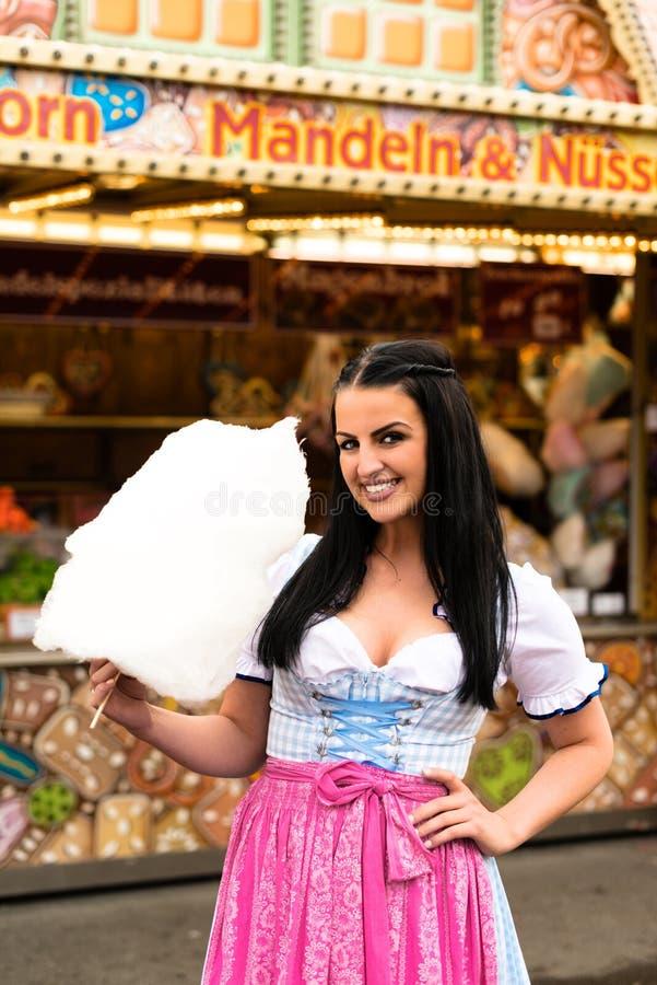 Mulher bonita com algodão doce imagem de stock