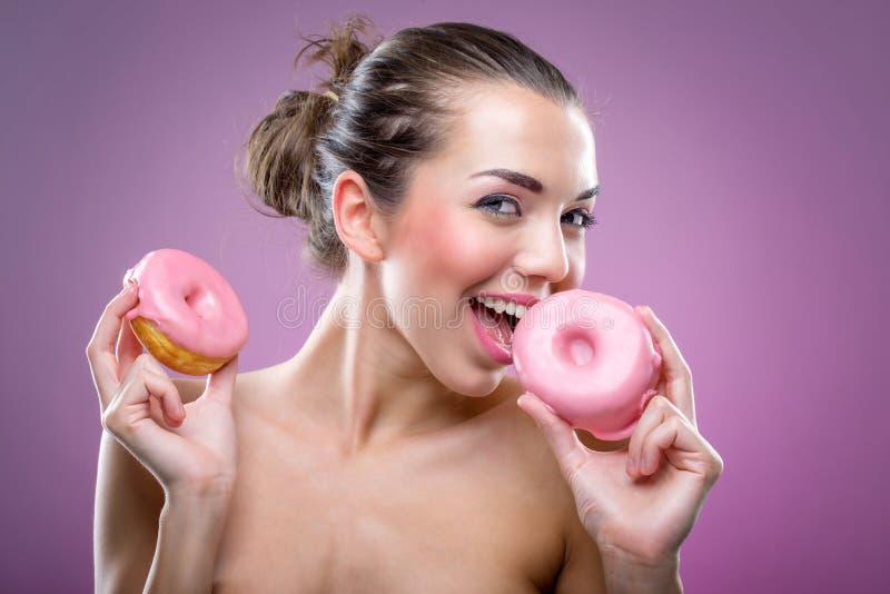 Mulher bonita com anéis de espuma Você pode comer ou não? imagens de stock