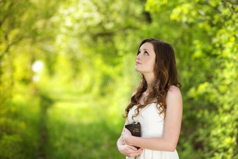 Mulher bonita com a Bíblia fotografia de stock royalty free