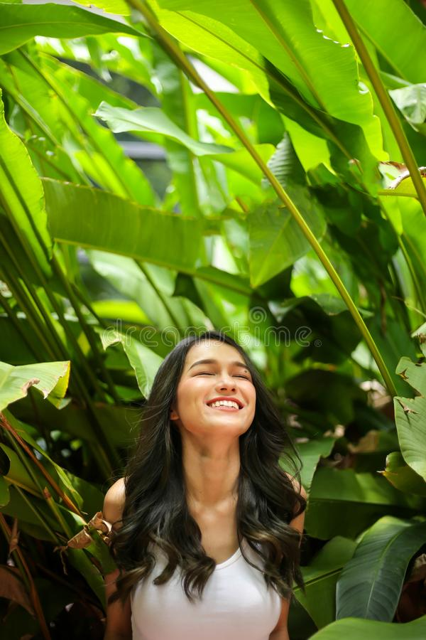Mulher bonita com beleza natural que sorri na câmera Juventude e ha foto de stock royalty free