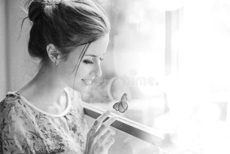 Mulher bonita com borboleta fotografia de stock