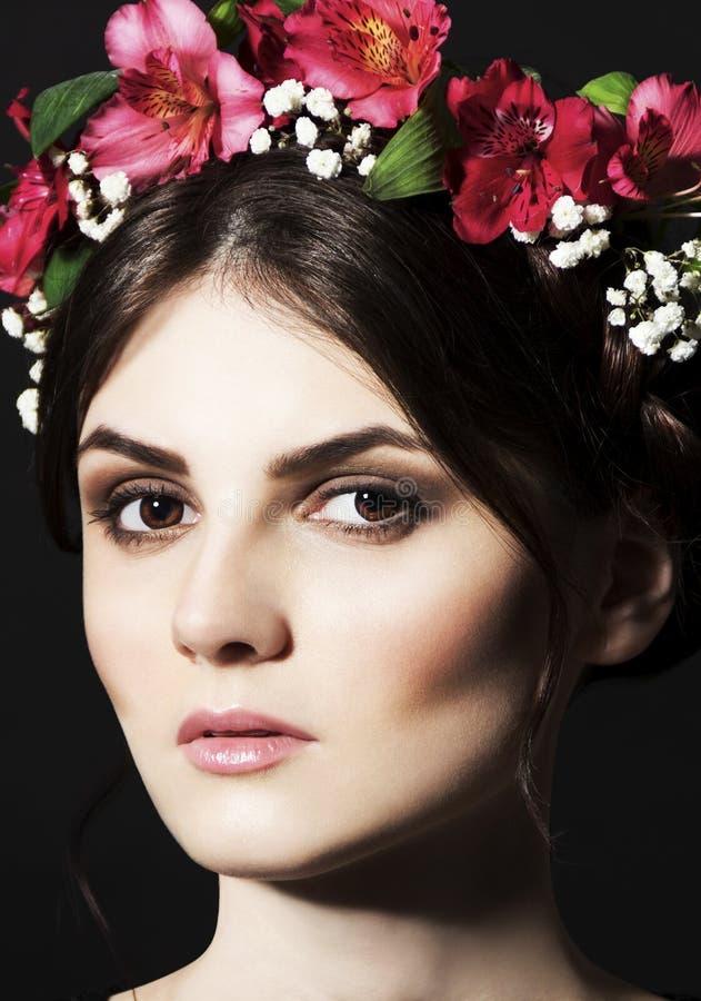 Mulher bonita com a borda da flor fresca na cabeça e na composição fotos de stock