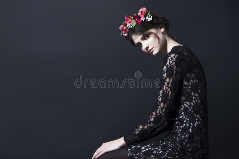 Mulher bonita com a borda da flor na cabeça no vestido do laço fotos de stock
