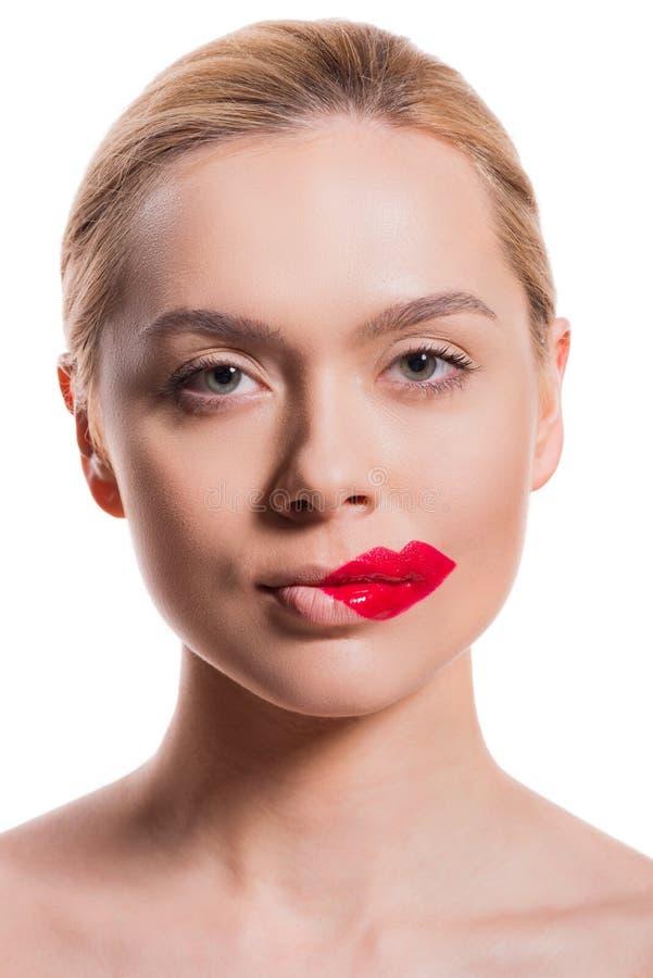 a mulher bonita com bordos vermelhos imprime no mordente que olha a câmera imagem de stock royalty free