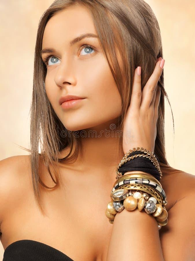 Mulher bonita com braceletes fotografia de stock royalty free