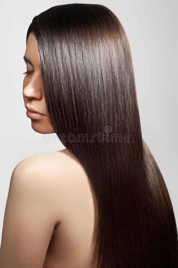 Mulher bonita com cabelo brilhante reto bonito, composição da forma Composição do encanto Penteado liso bonito fotos de stock royalty free