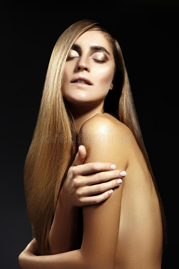 Mulher bonita com cabelo brilhante reto bonito, composição da forma Composição do encanto Penteado liso bonito fotografia de stock