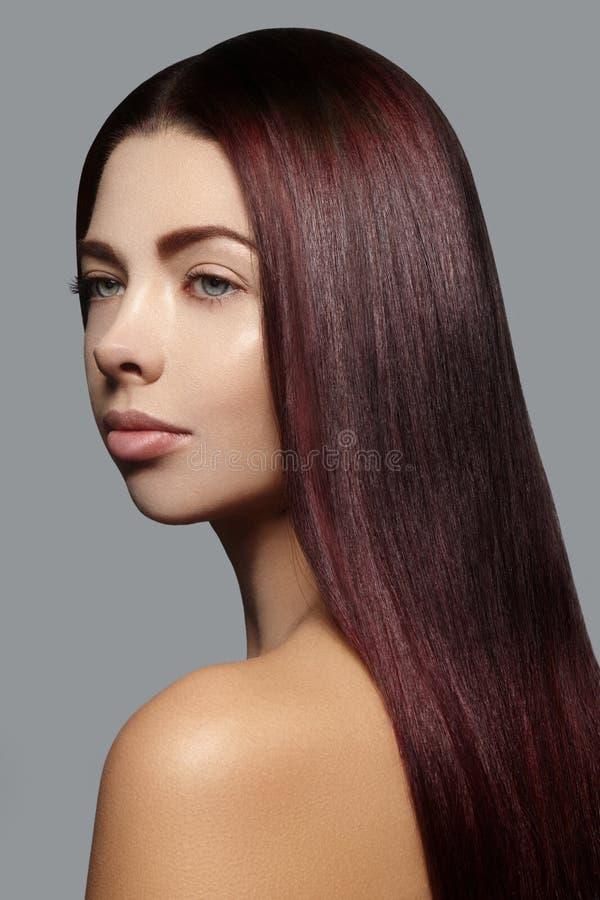 Mulher bonita com cabelo brilhante reto bonito, composição da forma Composição do encanto Penteado liso bonito imagem de stock