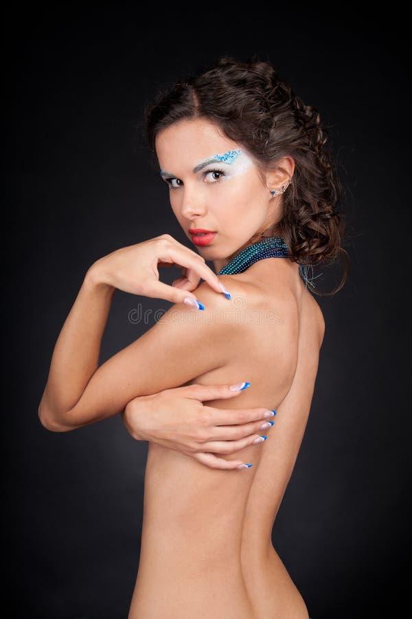 Mulher bonita com cabelo carly escuro imagem de stock