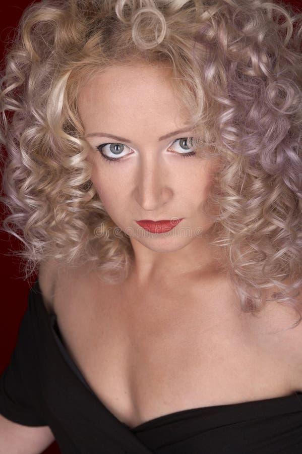 Mulher bonita com cabelo curly foto de stock