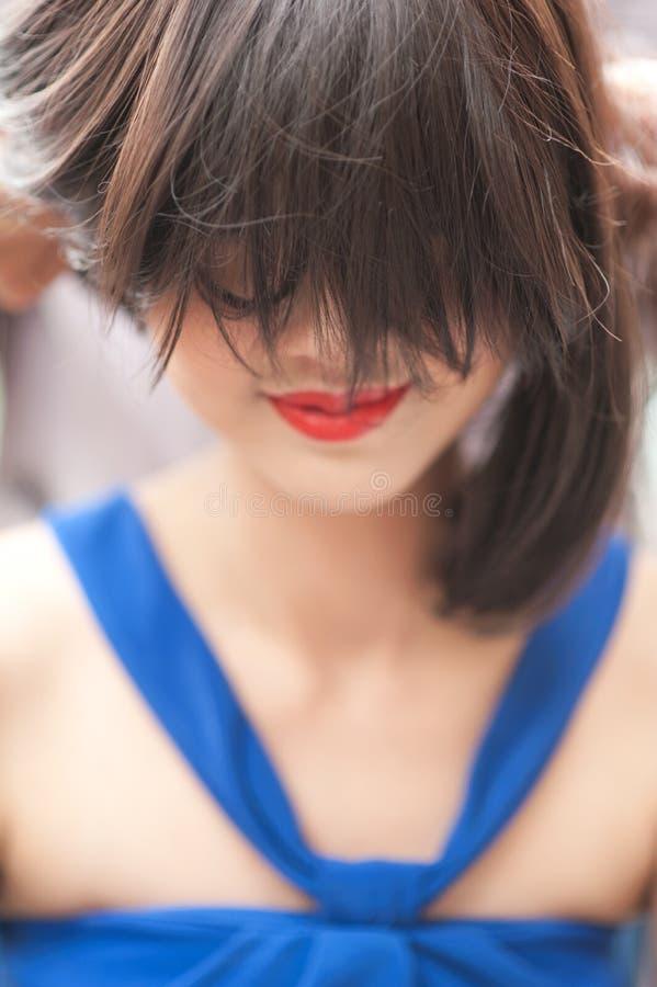 Mulher bonita com cabelo curto fotos de stock